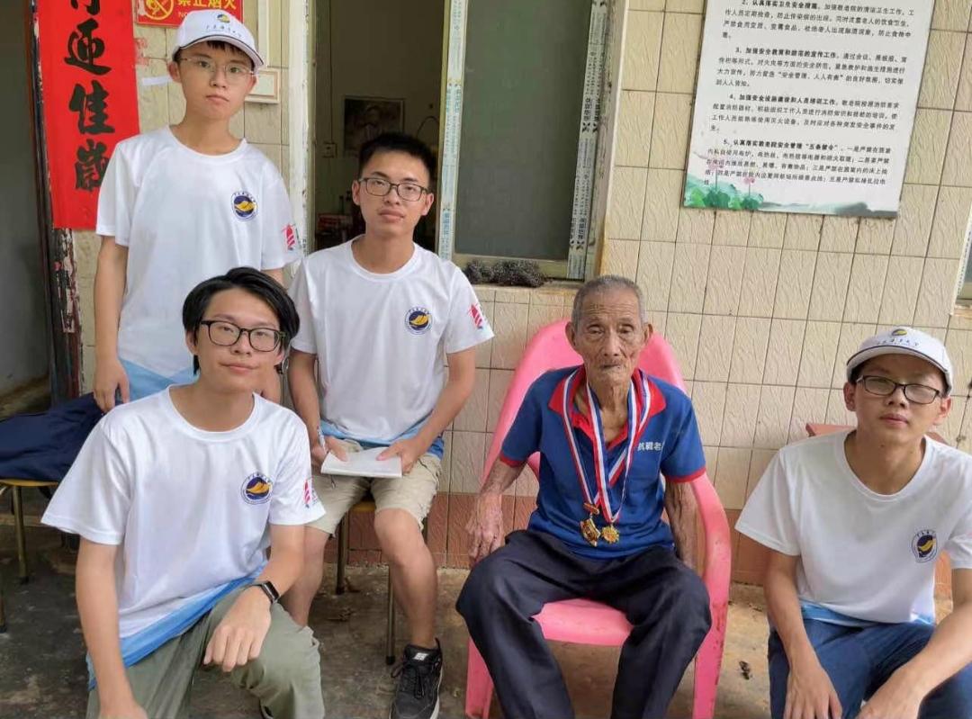 学习抗战精神,慰问抗战老兵 广东海洋大学党海队